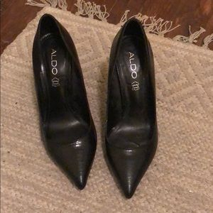 Also black pointy-toed pumps snakeskin